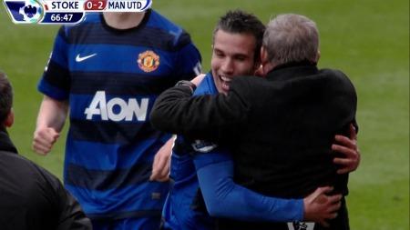 BAMSEKLEM: Robin Van Persie omfavner sir Alex Ferguson etter å gitt Manchester United 2-0 mot Stoke.