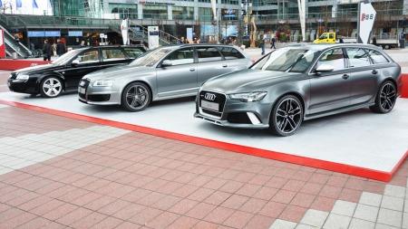 Tre genersjoner Audi RS6 - siste generasjon til høyre, i den nye lakkfargen Daytona Gray Matt.