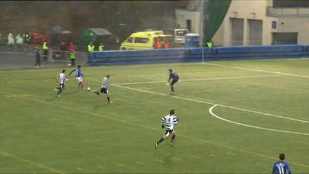 Keeper Eivind Bratseth er på bærtur da Mos gir VIF ledelsen 2-1 mot Frigg. (Foto: TV 2)