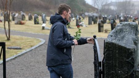 FØLELSLADD ØYEBLIKK: Cameron van der Burgh åpner porten inn til gravplassen der Alexander Dale Oen ligger begravet.