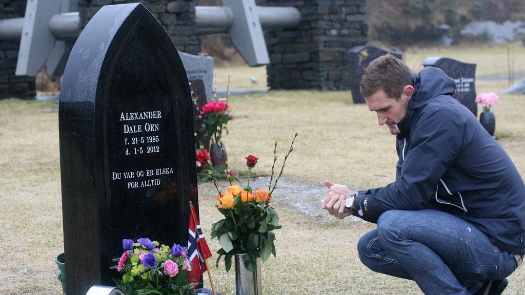 STERKT ØYEBLIKK: Cameron van der Burgh kjempet mot tårene ved Alexander Dale Oens gravstein (Foto: Sander Smørdal, ©TV 2)