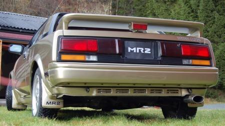 Første generasjon MR2 hadde den 80-tallstypiske kileformen med en tvert avkuttet hekk, og ble både liten og ilter med rett motorisering. Likheten med legendariske Fiat og Bertone X1/9 er påtagelig. (Foto: Privat)