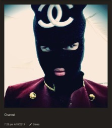 STAVEFEIL: Før helga viste Justin Bieber fram hetten på Instagram - der han stavet Chanel feil.  (Foto: Instagram)
