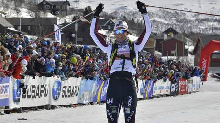 Marit Bjørgen går over mål som vinner av dameklassen i Skarverennet 2013. (Foto: Kevin Eik/Skarverennet/NTB scanpix)