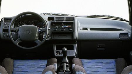 Interiøret et typisk 90-talls fra Toyota, enkelt. greit oig funksjonelt, men her har de også laget en del små, praktiske oppbevaringsrom og koppholdere.