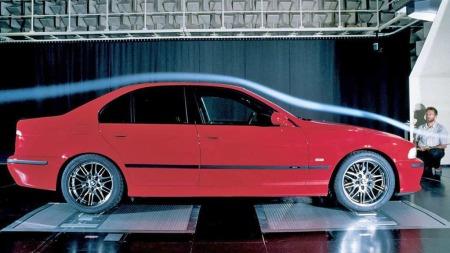 BMW M5 anno 1999 er en diskret familiebil - med en ikke fullt så diskret V8-er som yter 400 hestekrefter under panseret.