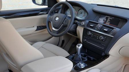 Det er ryddig og ganske nøkternt inne i X3. BMWs interiørdesignere er ikke de som finner på flest sprell, men finish og materialkvalitet er av god klasse.