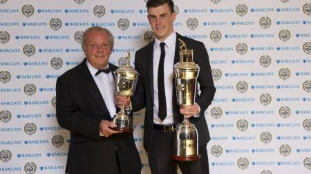 Winner of the PFA Player of the Year and Young Player of the Year, Gareth Bale (second right), Winner of the PFA Women's Player of the Year, Kim Little (left), Barclay's Steve Cooper and PFA Chairman Gordon Taylor (right) during the 2013 PFA Player of the Year Awards at the Grosvenor House Hotel, London. (Foto: PA Wire/Pa Photos)