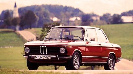 BMW 2002. Kvikk, velkjørende og elegant. Dette er en av de siste årsmodellene med grill i sort plastikk.