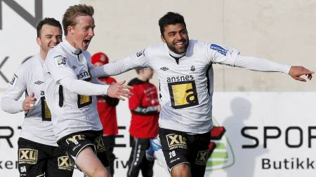 Målscorer Ali Mohammadian  gratuleres av Kevin Nicol. Asker spillerne jubler over 2-0 scoringen i NM mot Strømsgodset. Asker vant 2-1. (Foto: Bendiksby, Terje/NTB scanpix)