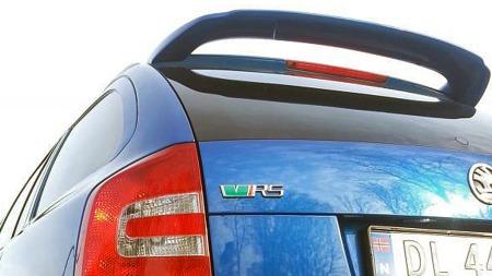 En solid takvinge og RS-emblemet på bakluken forteller at dette såvisst ikke er noen vanlig Octavia. (Foto: Privat)