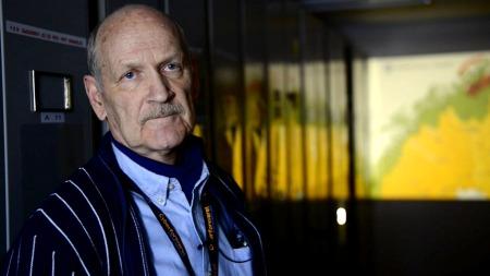 GÅR GJENNOM ARKIVENE: Den pensjonerte generalmajoren Kjell Lutnes   er en av dem som har ansvar for å fjerne hemmelighetstemplene på en rekke   dokumenter. (Foto: TV 2)