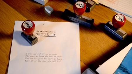 STEMPLES: Dokumentene stemples med alt fra «Strengt hemmelig»   til «Ugradert». (Foto: TV 2)
