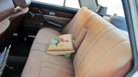 Om de aldri var bygget for å være luksuriøse, var komforten slett ikke håpløs i en Lada. Med tidsriktig bil-pute i perlebroderi - eller noe sånt - er alt akkurat som det skal være i en slik tidsmaskin. (Foto: Autodb.no)