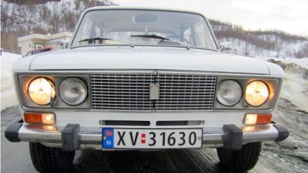 Det klassiske, gamle Fiat-designet levde ganske uforandret helt frem til en forsiktig facelift på tidlig 1980-tall. Denne har en lykteinnramming og noen smådetaljer vi ikke husker helt igjen, men det kan bero på at de fleste vi minnes var simplere 1500-utgaver. (Foto: Autodb.no)
