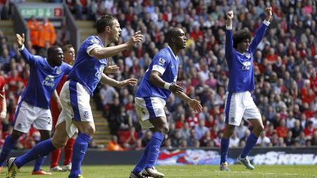 Oppgitte Everton-spillere etter at Michael Oliver annullerte scoringen til Sylvain Distin. (Foto: Peter Byrne/Pa Photos)