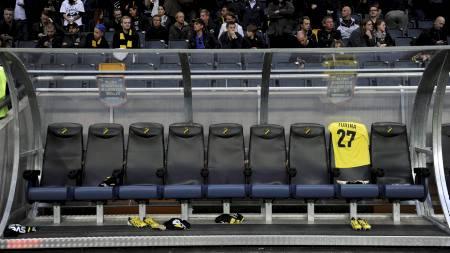 DRAKTEN: Ivan Turinas trøye med nummer 27 på ryggen fikk sin plass på benken i AIKs første kamp etter at kroaten døde. (Foto: ERIK MÅRTENSSON/NTB scanpix)