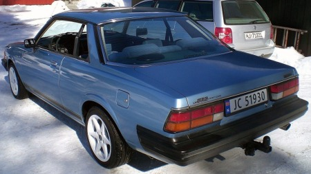 Fine, eksklusive linjer og den voldsomme bakruten gjorde hardtop-versjonen av første generasjon Mazda 626 ekstra flott. Den fikk bare leve noen få år, da andre generasjon kom var todørs-versjonen blitt en vanlig, kjedelig sedan med B-stolpe og rammedører. (Foto: Finn.no)