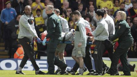 Watford's Jonathan Bond of is stretchered off during the npower Football League Championship match at Vicarage Road, Watford. (Foto: Phil Cole/Pa Photos)