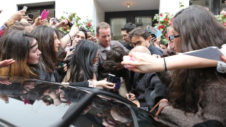 KAOS: Her forlater Harry Styles i One Direction hotellet sitt i Paris i april, mens hylende ungjenter prøver å få et glimt av superstjernen.  (Foto: Stella Pictures)