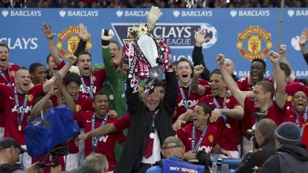 SISTE TROFÉ: Alex Ferguson fikk æren av løfte Premier League-troféet (Foto: Jon Super/Ap)