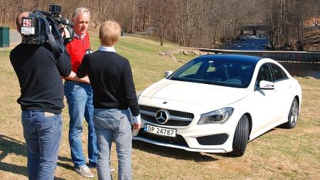 Brooms bilekspert Benny Christensen på jobb - snart kommer bilen på TV 2 Nyhetskanalen.