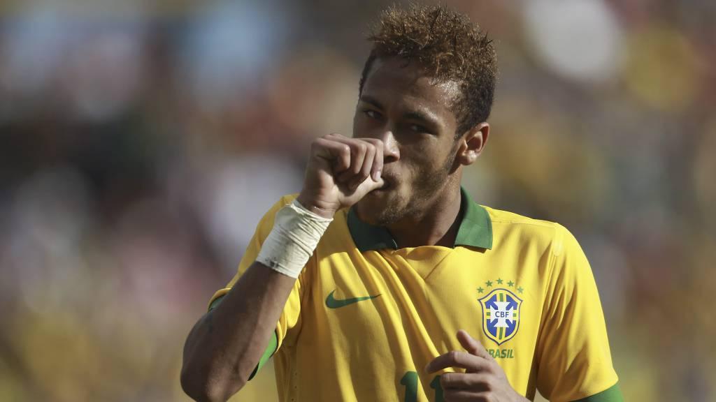 DRAR HJEMMEFRA: Neymar skal slutte og sutte på tommelen og flytter hjemmefra. Bayern München kan bli hans nye arbeidsgiver. (Foto: Juan Karita/Ap)