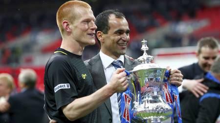 MATCHVINNER OG MANAGER: Ben Watson og Roberto Martinez holder troféet.R (Foto: DARREN STAPLES/Reuters)