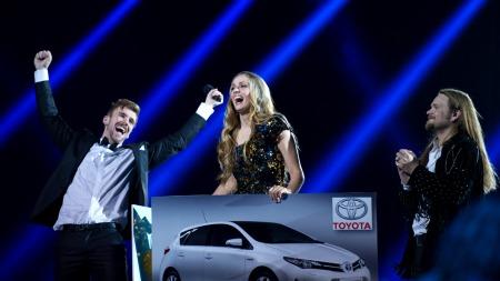 VINNERØYEBLIKK: Her blir Siri overrukket premien som «Idol»-vinner 2013. (Foto: TV 2/Glenn Svendsen)