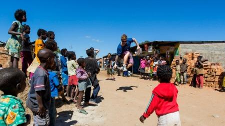 Stian Blipp danser i Zambia (Foto: Erik Thallaug/Plan Norge)