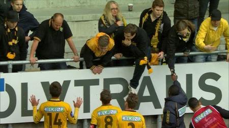 LSK-spillerne forklarte seg overfor fansen etter 1-7-tapet for Aalesund. (Foto: TV 2)