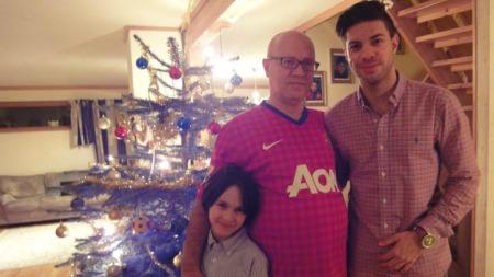 JULEFEIRING: - Manchester United-drakten er det fineste jeg har, sier Mahmood Melaki. (Foto: Privat)