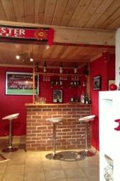 FASILITETENE I ORDEN: I kjelleren har familien en egen Manchester United-bar. (Foto: Privat)