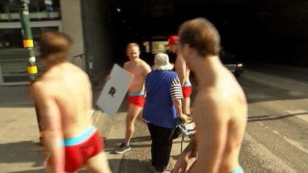 Daniel Sørvik, Niklas Roest, Steffen Søberg og Robin Dahlstrøm er førstereisgutter med ishockeylandslaget og ble lurt av landslagsledelsen i Stockholm. (Foto: TV 2)