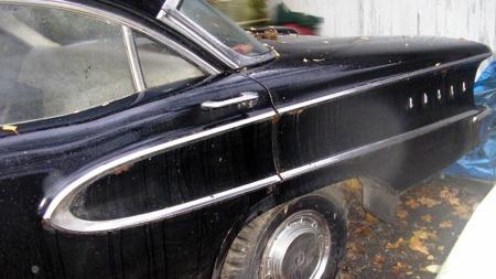 Chassisplaten har tre bokstavkoder for lakk - på de fineste var det forskjellige farger på både tak, innfellingen i sidene og bak, og på resten av bilen. Her er det imidlertid tre ganger