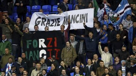HYLLET MANCINI: Manchester City-fansen hyllet Mancini under oppgjøret mot Reading. (Foto: DARREN STAPLES/Reuters)