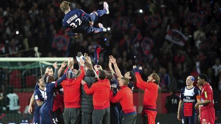 PÅ GULLSTOL: David Beckham ble hyllet i sin avskjedskamp. (Foto: Adam Davy/Pa Photos)