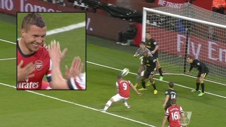 STANGET ARSENAL FORAN: Lukas Podolski utnyttet svakt forsvarsspill da han satte inn 1-0.
