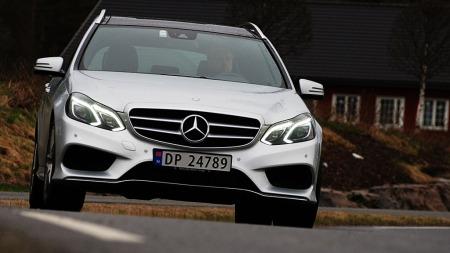 Mercedes E-klasse er blitt en svært elegant bil - og dessuten   både mer effektiv på forbruk og billigere å kjøpe. Resultatet er at salget   har tatt seg stort opp. Daimler-konsernet går så det suser om dagen ...   (Foto: Benny Christensen)