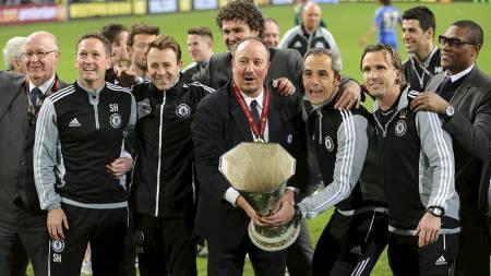 TIL TOPPS I EUROPALIGAEN: Rafael Benitez sammen med trenerteamet og Europaliga-trofeet. (Foto: Nick Potts/Pa Photos)