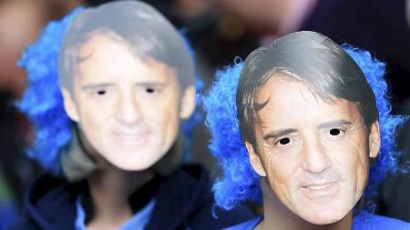 HYLLET MANCINI: Manchester City-supportere med egne Mancini-masker. (Foto: Mike Egerton/Pa Photos)