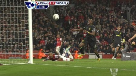 KRIGET INN LEDELSE: Theo Walcott kunne se at ballen lurte seg inn til 2-1-ledelse for Arsenal.