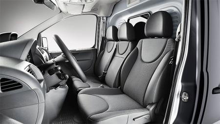 Slik ser det ut inne i Toyota Proace, den kan  kan leveres både som to- og treseter.