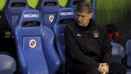 Manchester City's caretaker manager Brian Kidd takes his place on the bench (Foto: David Davies/Pa Photos)