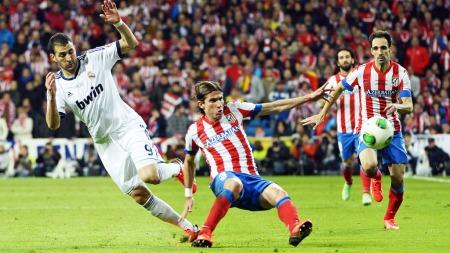 Atleticos Filipe Luis legger seg ut med Real Madrids Kerim Benzema i dagens derby. (Foto: PIERRE-PHILIPPE MARCOU, ©jm/seb/ql)