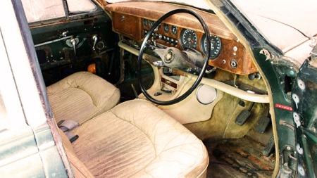 Rikelig med skinn og treverk, akkurat slik man forventer i en engelsk luksusbil.  (Foto: ebay)