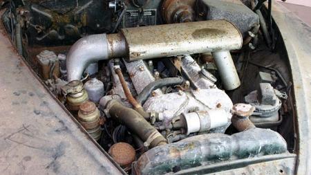 Motoren er en 3,8-liter rekkesekser på anstendige 220 hk, når den går¿ (Foto: ebay)