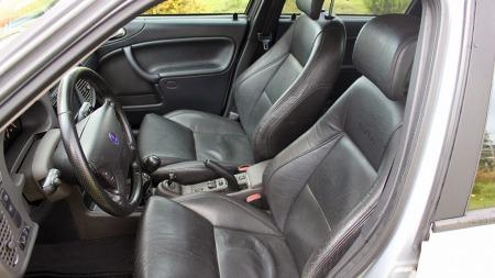 Saab har alltid vært kjent for å bygge gode seter, og i sort skinn ser de virkelig innbydende ut, også. (Foto: Privat)