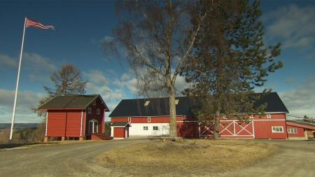 HERSKAPELIG: Gården til Tor Gunnar har flere herskapelige, totalrestaurerte hus på 400 kvadratmeter.  (Foto: TV 2)
