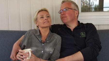 EN ARMKROK: Programleder Marthe Sveberg Bjørstad tester ut armkroken før hun starter letingen etter en dame til bonde Thor Gunnar.  (Foto: TV 2)